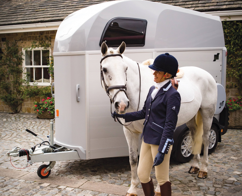 Horsebox_HBE_Silver_Courtyard with White Horse and Owner
