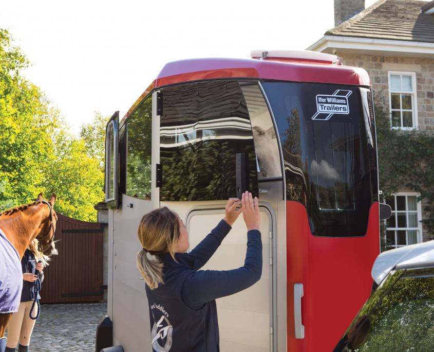 Horsebox_HBX_HBX403_Red_Front Top Door closing_Stable yard